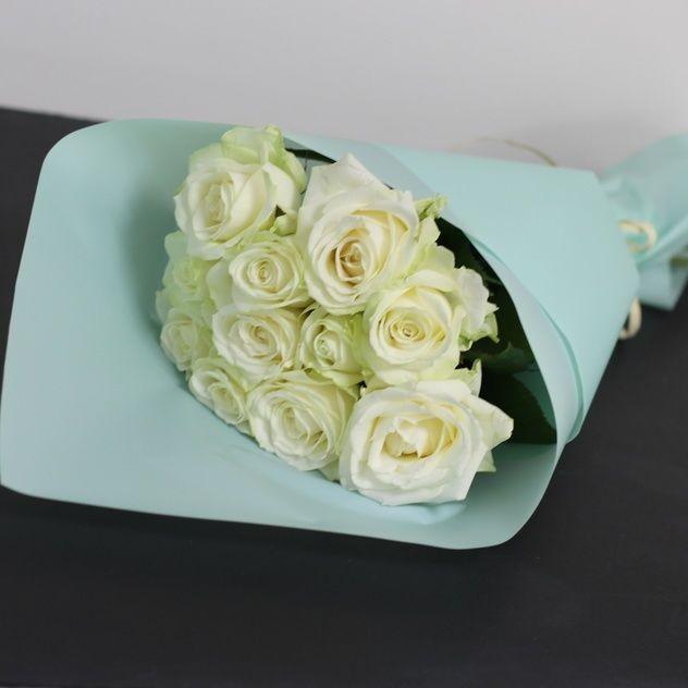 Нежные белые розы в бирюзе