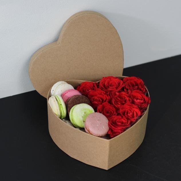 Коробочка роз и вкуснейших макаронс