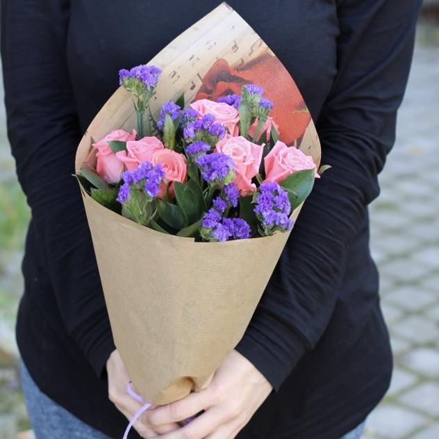 Букет из нежных  роз и статиц